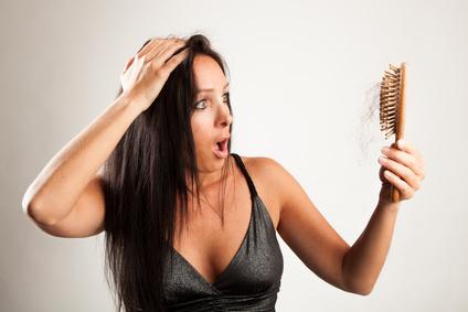Frau hat Haarausfall