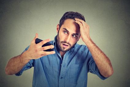 Mann mit Vitamin D Mangel Haarausfall